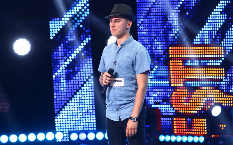 Un român care a făcut senzație pe străzile din Liverpool, rupe scena la X Factor – VIDEO