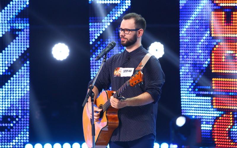 Un tânăr cu mâinile arse în incendiul din Colectiv, cântă la X Factor