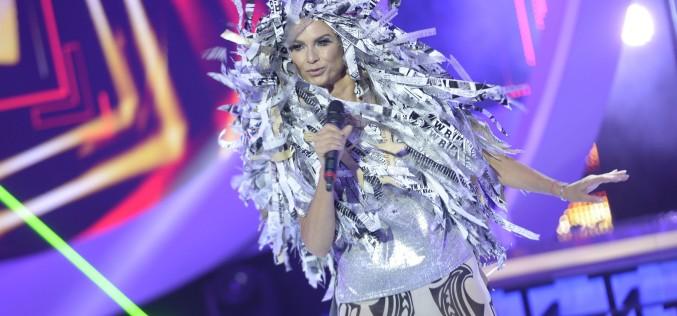 Ramona Bădescu şi-a pus în cap o perucă din ziare ce cântăreşte 3 kilograme