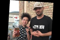 Cheloo îi dăruiește unui concurent iUmor o sticlă de țuică făcută de el