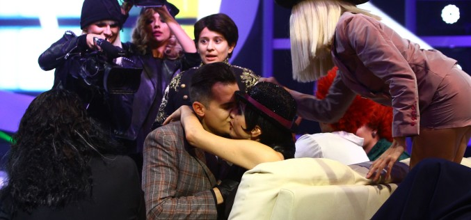 """Alin Pascal o sărută pasional pe Ramona Bădescu, la """"Te cunosc de undeva!"""""""