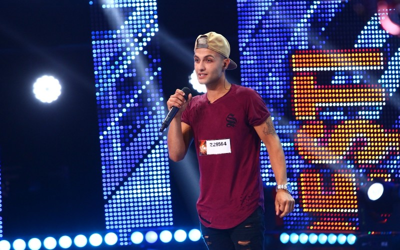 Anton Banaghan susținut de mama sa în Bootcamp, la X Factor România