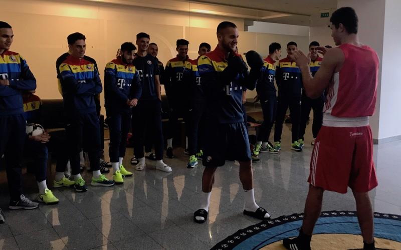 Partidă de box între fotbalişti şi doi campioni europeni de tineret la box
