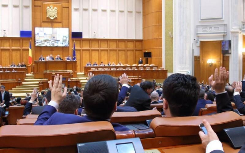 Eşti de acord ca un parlamentar să-şi piardă mandatul dacă pleacă din partidul pe listele căruia a fost ales!?