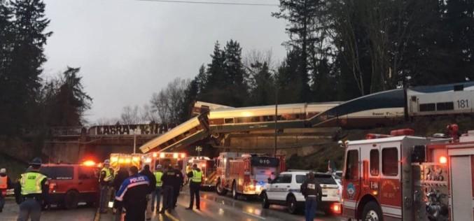 Catastrofă feroviară în SUA. Zeci de persoane încarcerate în vagoanele căzute peste o autostradă