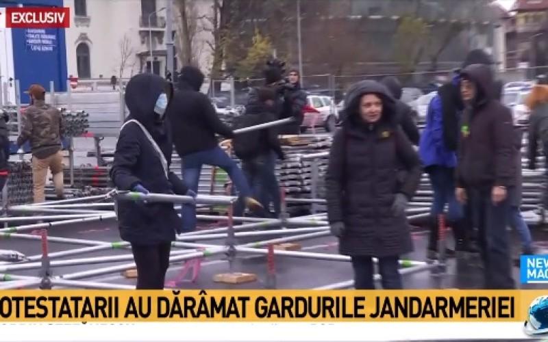 Situaţie explozivă. Protestatarii au început să demoleze Târgul de Crăciun din Piaţa Victoriei. Jandarmii refuză să intervină!!!