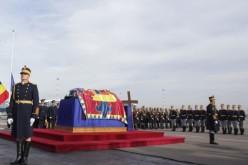 Regele a ajuns pentru totdeauna acasă! Sicriul cu trupul neînsufleţit al Regelui Mihai a fost adus în România!