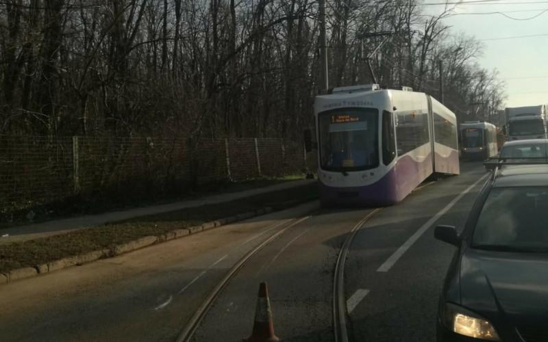 Un tramvai s-a rupt în două, pe şine la Timişoara. Tramvaiul fusese modernizat cu jumătate de milion de euro!