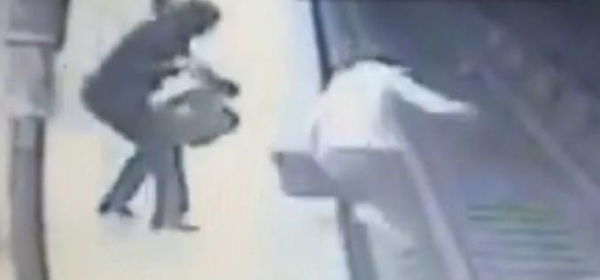 Video şocant cu momentul crimei de la metrou. Iată cum a fost împinsă tânăra în faţa metroului!