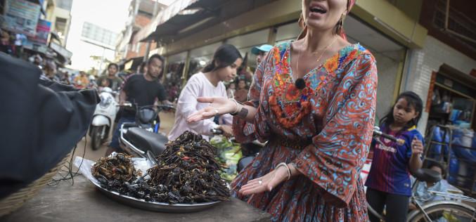Gina Pistol se familiarizează cu mâncărurile bizare ale asiaticilor!