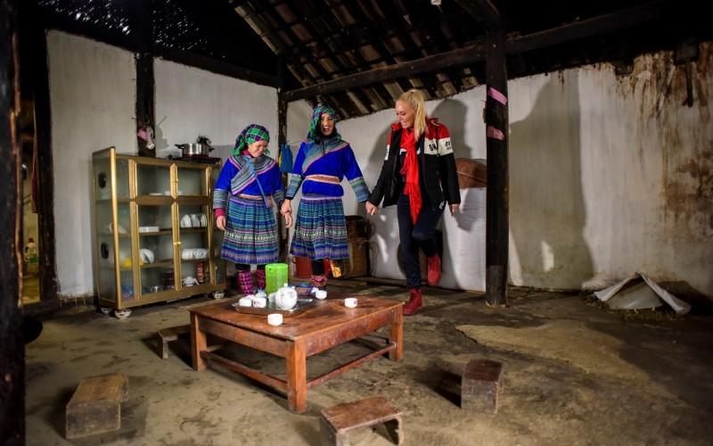 Vica Blochina și Daniela Crudu învață o vietnameză un dans tradițional românesc!