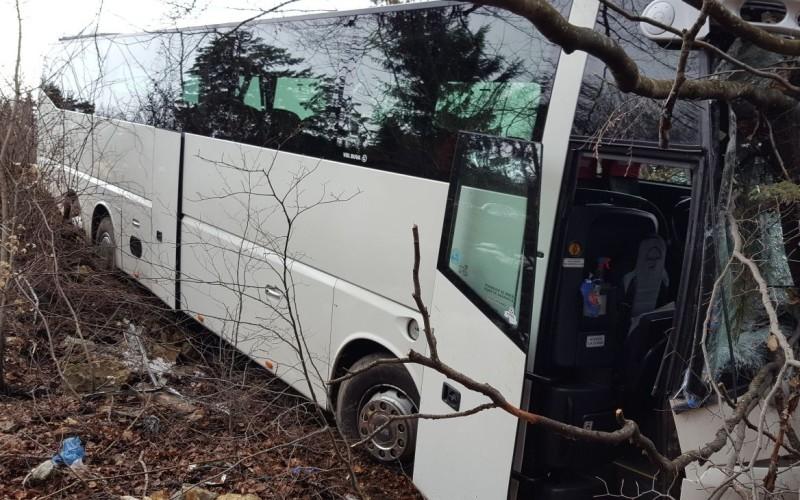La un pas de o mare tragedie. Autocar plin cu turişti, căzut în râpă la Cheile Grădiştei