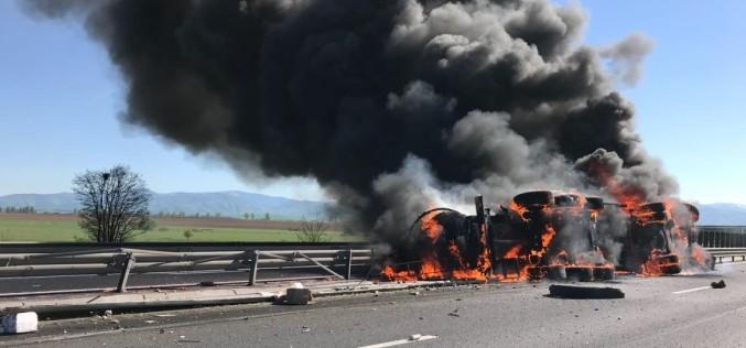 Pericol de explozie pe Autostrada Sibiu – Orăştie după ce o cisternă plină cu vin a luat foc
