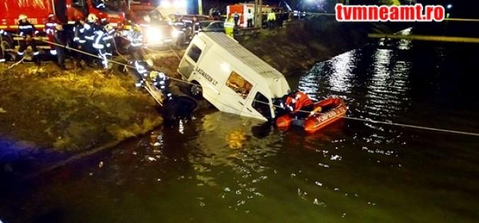 Tragedie la Neamţ. Un microbuz a căzut în canalul de aducțiune al râului Bistriţa, 9 persoane au decedat!