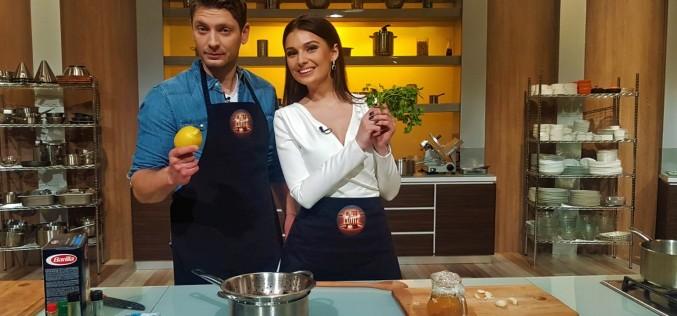 """Vali Butnaru și Olivia Păunescu, de la pupitrul de știri, în bucătăria ,,Chefi la cuțite"""""""