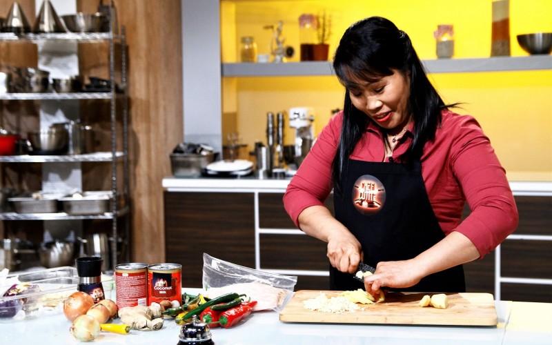 O bonă filipineză gătește carne de crocodil la Chefi la cuţite