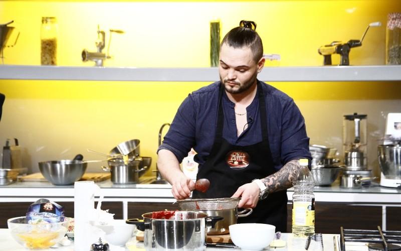 Un tânăr bucătar ajunge la Chefi la cuțite datorită iubitei lui