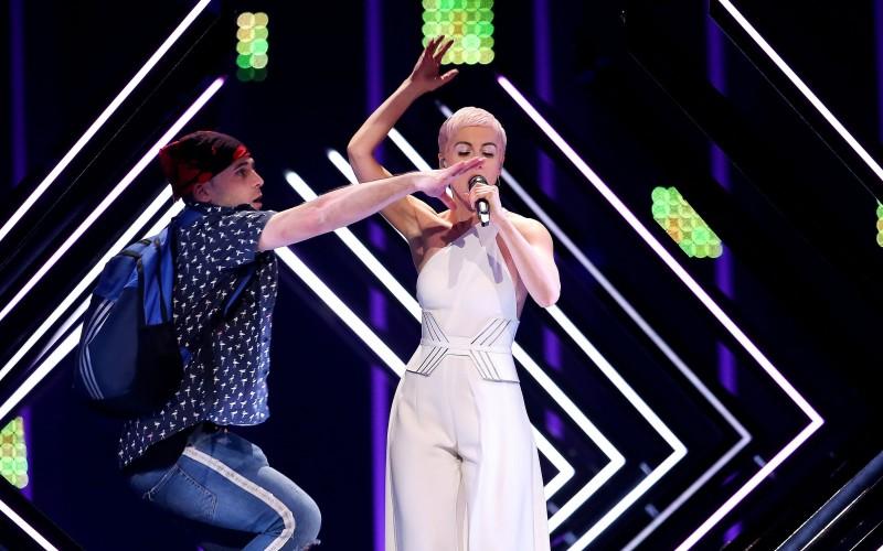 Incident şocant la Eurovision: Un bărbat a urcat pe scenă și i-a smuls microfonul reprezentantei Marii Britanii – VIDEO