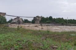 Podul de cale ferată care traversează râul Târlung, distrus de inundaţii