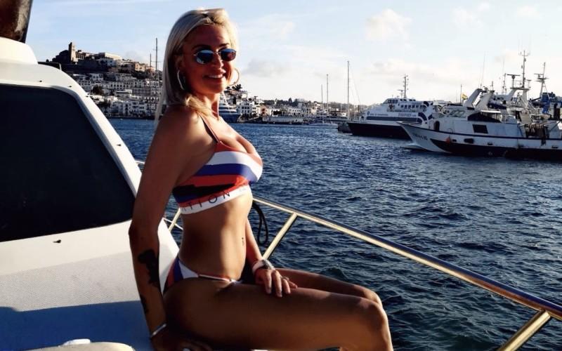 Raluca Zenga, o naşă super sexy, pe yacht în Ibiza