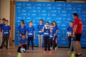 Elevii de la două şcoli din Bucureşti, ore de sport alături de campionii CSM București