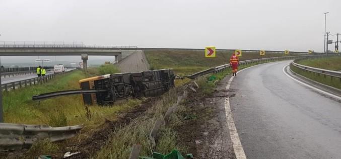 Un autobuz plin cu muncitori s-a răsturnat pe pe autostrada A1 din Sibiu. 26 de persoane au ajuns la spital