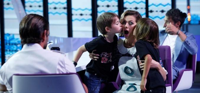 Un copil de șapte ani îi dăruiește cămașa sa Lidiei Buble, ca să-l facă gelos pe iubitul ei, Răzvan