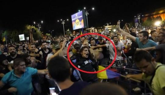 Incidente violente la protestul românilor din Diaspora. Jandarm, linşat de protestatari. 2 pistoale au fost furate de huligani