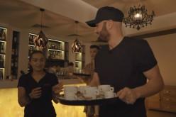 Mihai Bendeac și Vlad Drăgulin, ospătari într-un restaurant din Alexandria