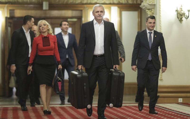 Dragnea a venit la Palatul Parlamentului cu propriile valize. Iată ce conţin acestea!