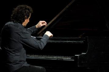 Horia Mihail continuă turneul naţional cu Pianul călător