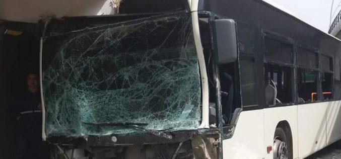 Accident horror în Bucureşti. Un autobuz STB s-a oprit într-un bloc