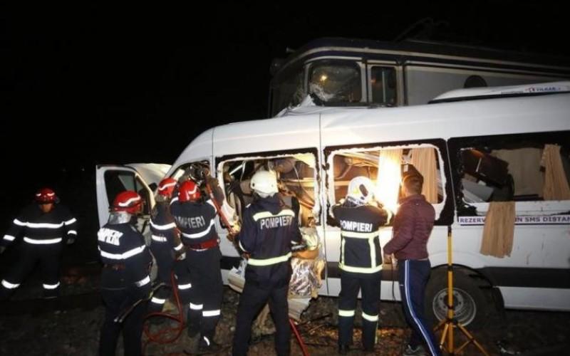 Un microbuz cu 14 pasageri, lovit în plin de un tren în judeţul Buzău