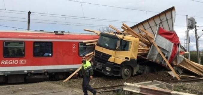 Un tir încărcat cu lemne, lovit în plin de un tren de călători între staţiile Coldău – Beclean