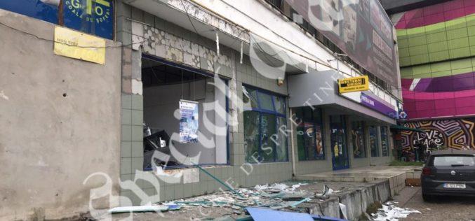Jaf ca-n filme la Arad. Hoţii au aruncat un bancomat în aer