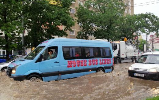 Ploaia a făcut prăpăd în Bucureşti. Străzi inundate, trafic blocat!