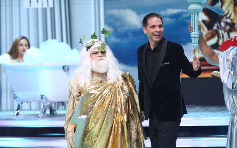 Regina de Cupă, Zeus, Omul crăpat, un Cavaler în armură și o Creatură marină vin în ultima ediție Scena misterelor