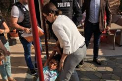 Caz şocant la Baia de Aramă. O fetiţă a fost luată cu mascaţii din casa în care a crescut, după ce a fost înfiată în SUA