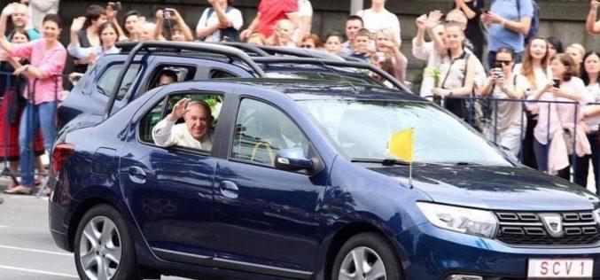 Papa Francisc i-a dat o lecţie de modestie lui Iohannis. Suveranul Pontif a ales Loganul, iar Iohannis Mercedesul