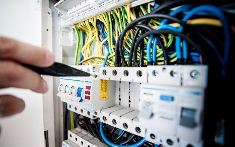 De ce sa apelezi la servicii de automatizare porti? Vezi care sunt cele 6 avantaje recomandate de electricieni autorizati ANRE