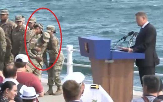Iohannis, lipsit de empatie. Un militar a leşinat la doi paşi de el iar Preşedintele a plecat nepăsător