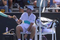 Scandal la Australian Open. Un jucător i-a cerut unui copil de mingi să-i… decojească banana