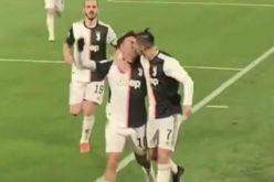 Cristiano Ronaldo şi-a dezvăluit orientarea sexuală. L-a sărutat pe gură pe Paulo Dybala de faţă cu un stadion întreg