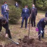 Moment penibil marca Orban. Premierul a plantat un stejar care era plantat de …două luni – VIDEO